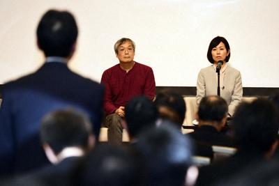 安全フォーラムでJR東日本高崎支社の関係者から質問を受ける小椋聡さん(後方左)と浅野千通子さん(同右)=滝川大貴撮影