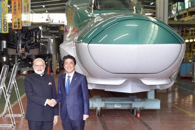 新幹線E5系の工場を視察した安倍晋三首相(右)とインドのナレンドラ・モディ首相=神戸市で2016年11月、川平愛撮影
