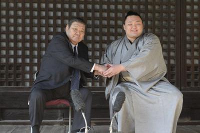 23日、春場所千秋楽から一夜明けた記者会見で高砂親方(左)が朝乃山と握手をする=代表撮影
