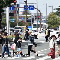 天神中心部を行き交う人たち=福岡市中央区で2020年3月29日午後1時33分、須賀川理撮影