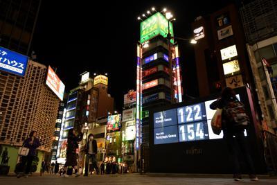 東京オリンピック・パラリンピックの延期が決定するも、開幕までの日数を表示し続けるカウントダウンボード=東京都港区で2020年3月24日午後11時38分、宮間俊樹撮影