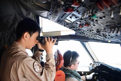 中東海域で船舶の航行の様子を監視する海上自衛隊のP3C哨戒機の乗員=防衛省提供
