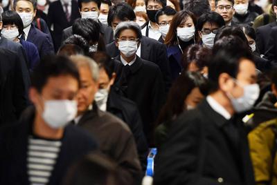 外出自粛が要請された週末が明け、マスク姿で通勤する人たち=JR大阪駅で2020年3月30日午前8時12分、猪飼健史撮影