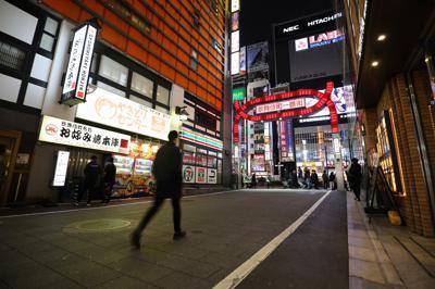 新型コロナウイルスの感染拡大が深刻化する中、人通りの少ない新宿・歌舞伎町。大勢の人が飲み屋街へは向かわず、駅に流れていった=東京都新宿区で2020年3月30日午後6時46分、喜屋武真之介撮影
