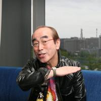 気さくにポーズに応じながらも「本当は照れるんだよね」=東京都千代田区で2010年4月27日、尾籠章裕撮影