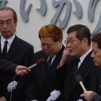 いかりや長介さんの葬儀を前に報道陣の質問に答えるザ・ドリフターズのメンバー=東京都港区の青山葬儀所で2004年3月24日、米田堅持撮影