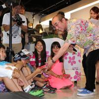 三陸鉄道を応援する「キット、ずっとミュージアムカフェ」のオープニングイベントで子どもたちにチョコレートを配る志村けんさん(右)=東京都港区の東京タワーで2014年6月3日、米田堅持撮影