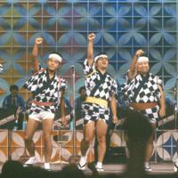 「8時だヨ!全員集合」の舞台で熱演中のザ・ドリフターズ。左からいかりや長介さん、加藤茶さん、仲本工事さん、高木ブーさん、志村けんさん=1985年9月、木村滋撮影