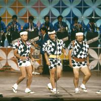 「8時だヨ!全員集合」の舞台で熱演中のザ・ドリフターズ。左からいかりや長介さん、加藤茶さん、仲本工事さん、高木ブーさん、志村けんさん=1985年9月7日、潮田正三撮影