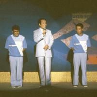 「8時だヨ!全員集合」の本番前、舞台上で客席にあいさつするザ・ドリフターズのメンバー。左から志村けんさん、仲本工事さん、いかりや長介さん、加藤茶さん、高木ブーさん=1985年9月7日、潮田正三撮影