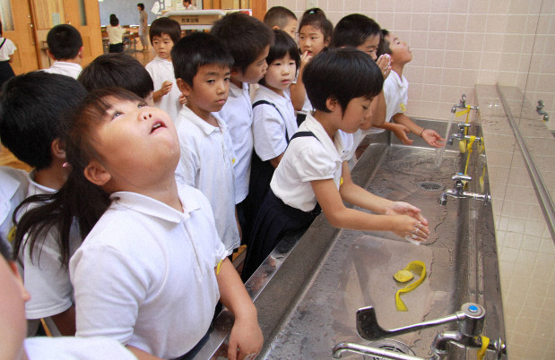 手洗いとうがいをする児童たち
