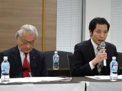 記者会見でこの2年間を振り返り声を詰まらせるシェアハウス購入者。左は河合弘之弁護士=東京都千代田区で2020年3月25日、今沢真撮影