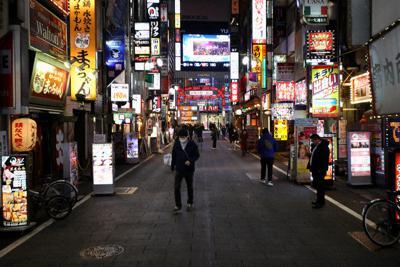 人通りが少なくなった新宿・歌舞伎町。東京都は夜間の外出自粛呼び掛けをさらに強化する=30日午後6時43分、喜屋武真之介撮影
