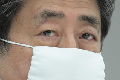 新型コロナウイルスの感染拡大を受けて出席者全員がマスクを付けて臨んだ経済財政諮問会議で発言する安倍晋三首相=首相官邸で2020年3月31日午後6時19分、川田雅浩撮影