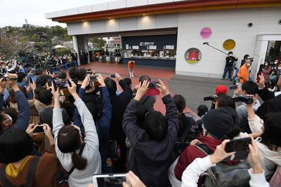 63年間親しまれてきた大阪府岬町の「みさき公園」が31日、閉園した。最後を見届けようと集まった大勢の人たちに向かって真貝征志郎園長(中央)は閉園後、深々と頭を下げた=2020年3月31日午後5時19分、久保玲撮影