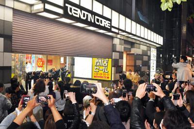 別れを惜しむ多くの客らに見守られて閉店する天神コア=福岡市中央区で2020年3月31日午後8時43分、森園道子撮影