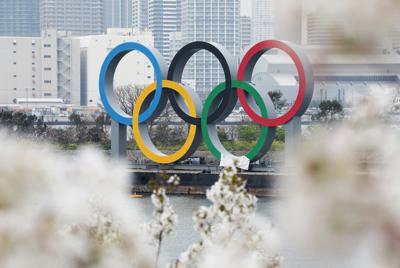 お台場の海上に設置された五輪マークのモニュメントと咲き誇る桜=東京都港区で2020年3月27日午前10時31分、玉城達郎撮影