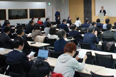 中川恵一・東京大病院准教授(右奥)の講演を聴く富士通の社員=東京都港区の富士通本社で