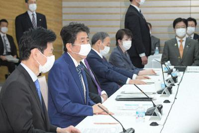 新型コロナウイルスの感染拡大を受けて出席者全員がマスクを着けて臨んだ経済財政諮問会議で発言する安倍晋三首相(手前から2人目)=首相官邸で3月31日午後6時18分、川田雅浩撮影