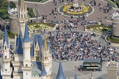 約1カ月ぶりに営業を再開した東京ディズニーランドに詰め掛ける入場者=千葉県浦安市で2011年4月15日午前、本社ヘリから