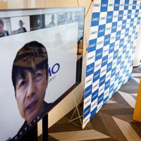 新型コロナウイルス感染拡大を受け、「GMOインターネットグループ」は入社式を在宅勤務(テレワーク)で開催。熊谷正寿・同グループ代表(左画面内)も自宅から入社式に参加し、参加した165名の新入社員に向けてオンライン上で挨拶した=東京都渋谷区で2020年4月1日午後0時35分、吉田航太撮影