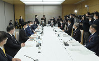Prime Minister Shinzo Abe, fourth from left, is seen with a mask on at the meeting of the Council on Economic and Fiscal Policy, at the prime minister's office on March 31, 2020. All attendees are seen wearing masks in a bid to prevent the spread of the new coronavirus. (Mainichi/Masahiro Kawata)