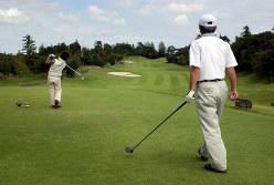 私的なゴルフもNG(Bloomberg)