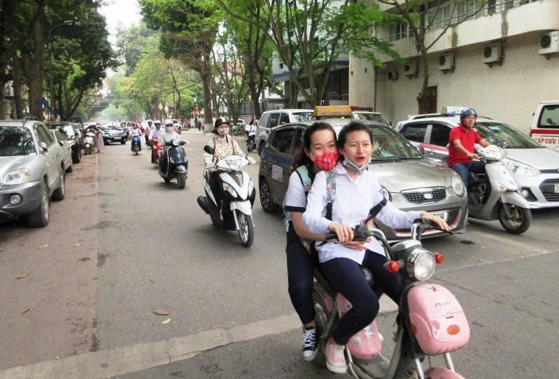 ハノイはバイクに乗った若い世代が行き交う街(写真は筆者撮影)