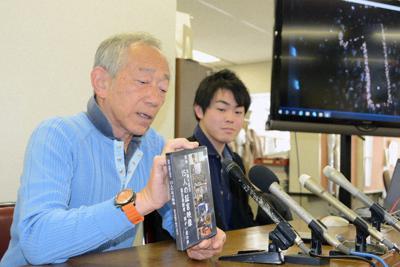 証言映像の完成報告をする牧秀一さん(左)と北口貴大さん=神戸市で、井上元宏撮影