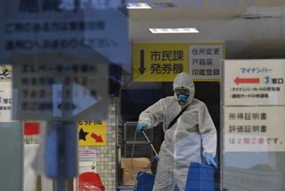 職員が新型コロナウイルスに感染し消毒のため閉鎖された千種区役所=名古屋市千種区で2020年3月31日、兵藤公治撮影