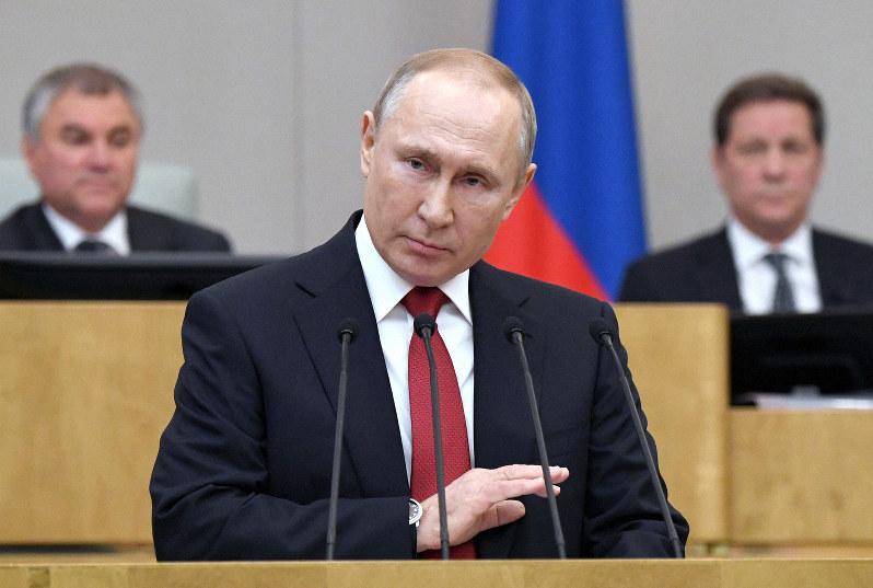憲法改正条項に関する採決に先立ち、下院で賛同スピーチをするプーチン大統領=2020年3月10日、AP