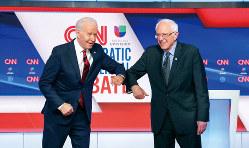 討論会に臨むバイデン氏(左)とサンダース氏 (Bloomberg)