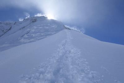 ダウラギリの北東稜は太陽が頂上の向こうに沈むと、突然寒くなる=2019年10月1日、藤原章生撮影