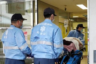 患者や職員らの新型コロナウイルス感染による受け入れ中止を経て、通常診療が再開された済生会有田病院。運び込まれるのは救急患者=和歌山県湯浅町で2020年3月4日、幾島健太郎撮影