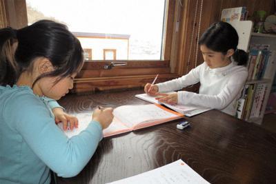 自宅で勉強する小学生=札幌市中央区で2020年3月8日、今井美津子撮影