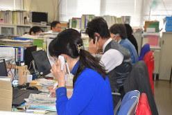 新型コロナウイルスについての電話相談に対応する職員たち=三重県庁で2020年1月31日、森田采花撮影
