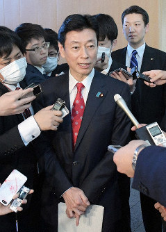 Economic revitalization minister Yasutoshi Nishimura is seen speaking to reporters at the prime minister's office in Tokyo, on March 26, 2020. (Mainichi/Masahiro Kawata)