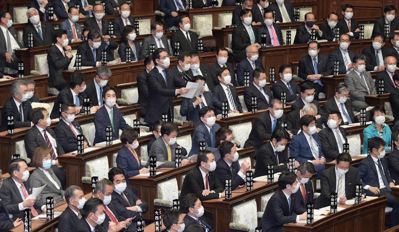 マスクを着用して衆院本会議に臨む議員たち=国会内で2020年4月2日、竹内幹撮影