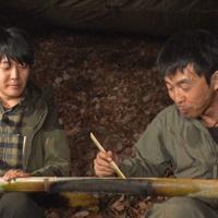 竹で炊いたご飯を食べる阿諏訪泰義(左)と川口拓
