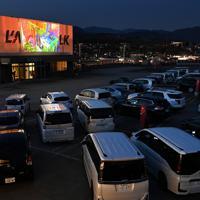 車に乗ったまま映画を見る「ドライブインシアター」=山梨県甲斐市で2020年4月5日午後6時40分、大西岳彦撮影