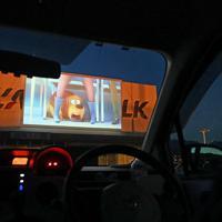 車に乗ったまま映画を見る「ドライブインシアター」=山梨県甲斐市で2020年4月5日午後6時45分、大西岳彦撮影
