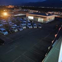 車に乗ったまま映画を見る「ドライブインシアター」=山梨県甲斐市で2020年4月5日午後6時49分、大西岳彦撮影