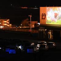 車に乗ったまま映画を見る「ドライブインシアター」=山梨県甲斐市で2020年4月5日午後6時57分、大西岳彦撮影
