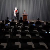 記者会見する菅義偉官房長官(奥中央)=首相官邸で2020年4月6日午前11時18分、玉城達郎撮影