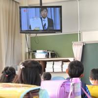 教室のテレビで校長の話を聞く児童たち=福岡県春日市の春日原小で2020年4月6日午前9時19分、徳野仁子撮影