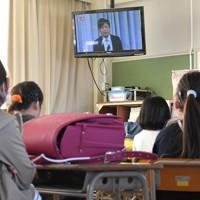 教室のテレビで校長の話を聞く児童たち=福岡県春日市の春日原小で2020年4月6日午前9時17分、徳野仁子撮影