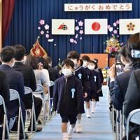 マスクを着けて入学式に臨む新入生ら=鹿児島市山下町の名山小学校で2020年4月6日午前10時33分、白川徹撮影