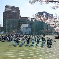 新型コロナウイルスの感染が広がる中、校庭で行われた区立足立小の入学式=東京都足立区で2020年4月6日午後2時10分、手塚耕一郎撮影