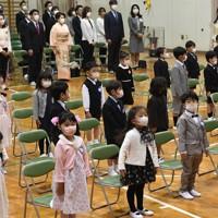 入学式に臨むマスク姿の新1年生たち=名古屋市中区の名城小学校で2020年4月6日午前9時29分、兵藤公治撮影