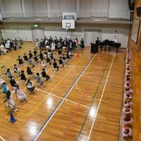 椅子の間隔を広げて行われた小学校の入学式=名古屋市中区の名城小学校で2020年4月6日午前9時35分、兵藤公治撮影